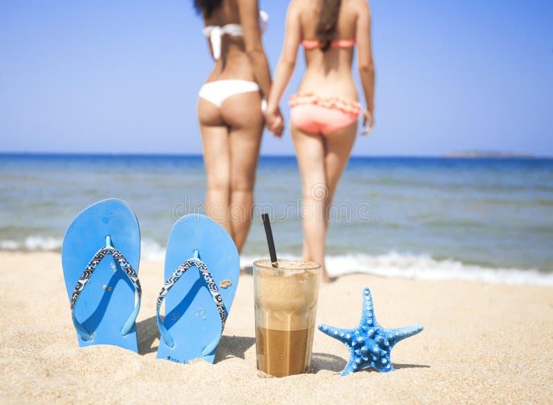 Замороженный кофе на песчаном пляже стоковая фотография