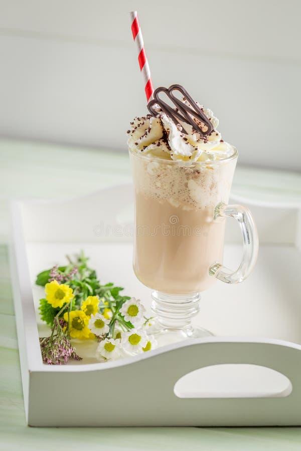 Замороженный кофе с взбитой сливк в лете стоковое фото rf