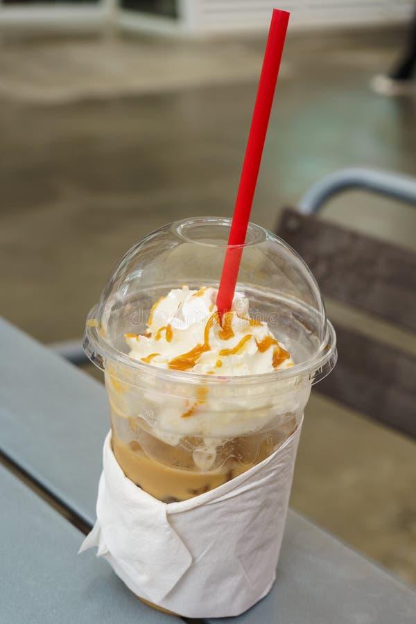 Замороженный кофе с взбитой сливк в пластичной чашке стоковое фото rf
