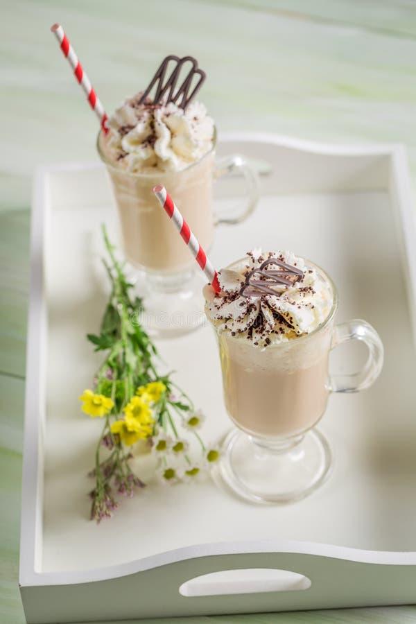 Замороженный кофе с взбитыми сливк и шоколадом стоковое фото