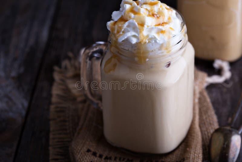 Замороженный кофе с карамелькой и взбитой сливк стоковое изображение rf