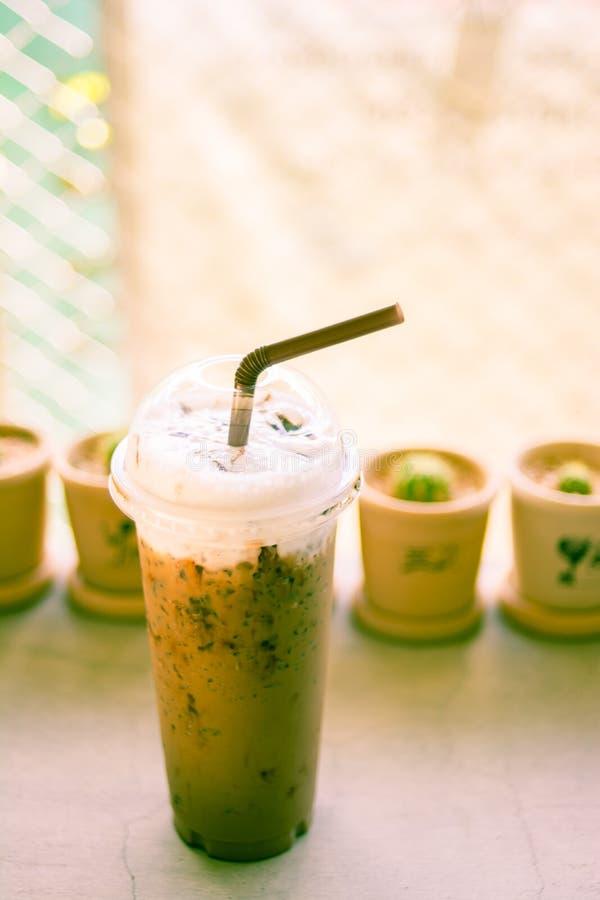 Замороженный кофе с соломой в пластичной чашке стоковые фотографии rf