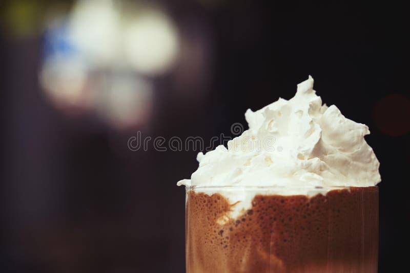 Замороженный кофе с сливк - с отрицательным космосом стоковые фото