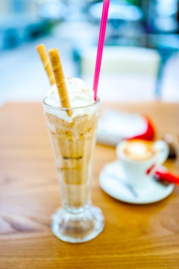 Замороженный кофе, frappe, с взбитой сливк, сливк миндалин стоковая фотография
