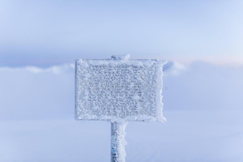 Замороженный предупредительный знак на туманной горе в зимнем времен стоковая фотография