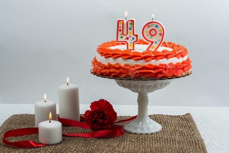 Замороженный торт с 49 свечами стоковая фотография