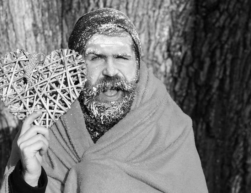 Замороженный усмехаясь человек с squinty глазами, бородатый хипстер, с бородой и усиком предусматриванными с белым заморозком в о стоковое изображение rf