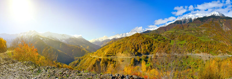 Замотка дороги на наклонах гор стоковое фото