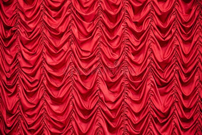 Занавесы задрапированные красным цветом стоковое изображение rf