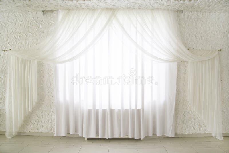 Занавесы на окнах стоковое изображение