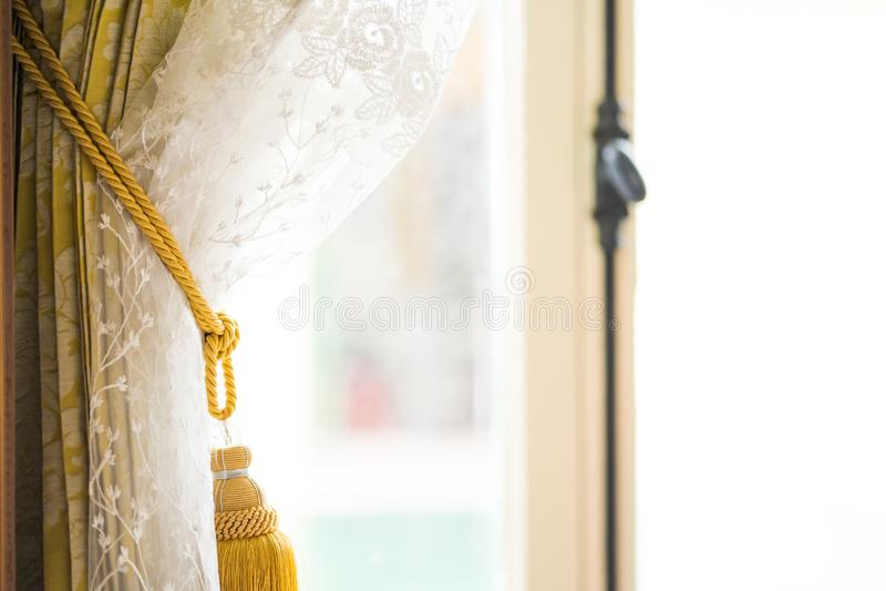 Занавесы окна в доме вне стекла дождливое дневное время, внутреннее художественное оформление занавеса в живущей комнате с солнеч стоковое фото rf