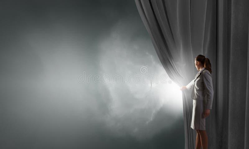 Занавес женщины открытый стоковое фото rf