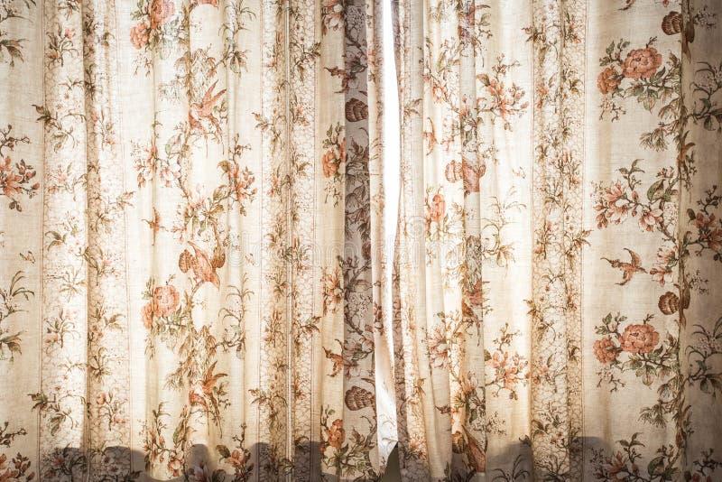Занавес окна с интерьером украшения картины - винтажным дизайном светофильтра стоковое фото rf