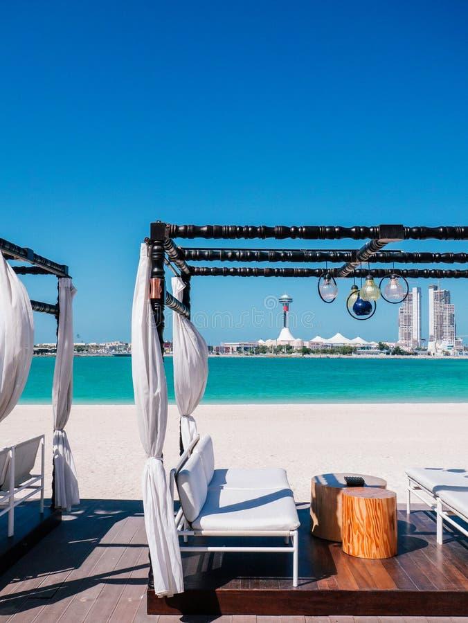 Занавес современного газебо пляжа белый с небом лета белого моря места голубого ясным в Абу-Даби стоковые изображения rf