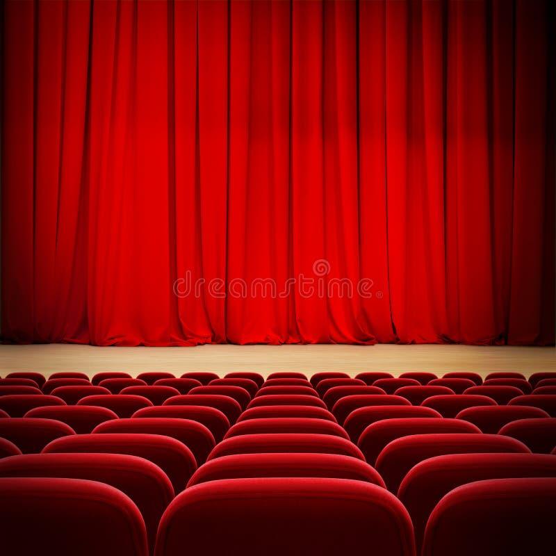 Занавес театра красный на этапе с красными местами бархата стоковые фото