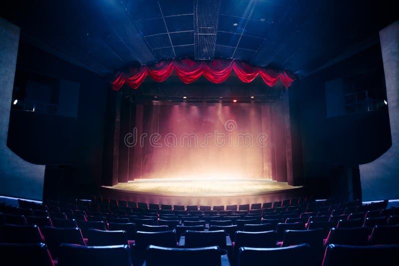 Занавес театра с драматическим освещением стоковые изображения rf