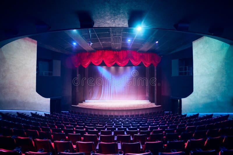 Занавес театра с драматическим освещением стоковое изображение rf