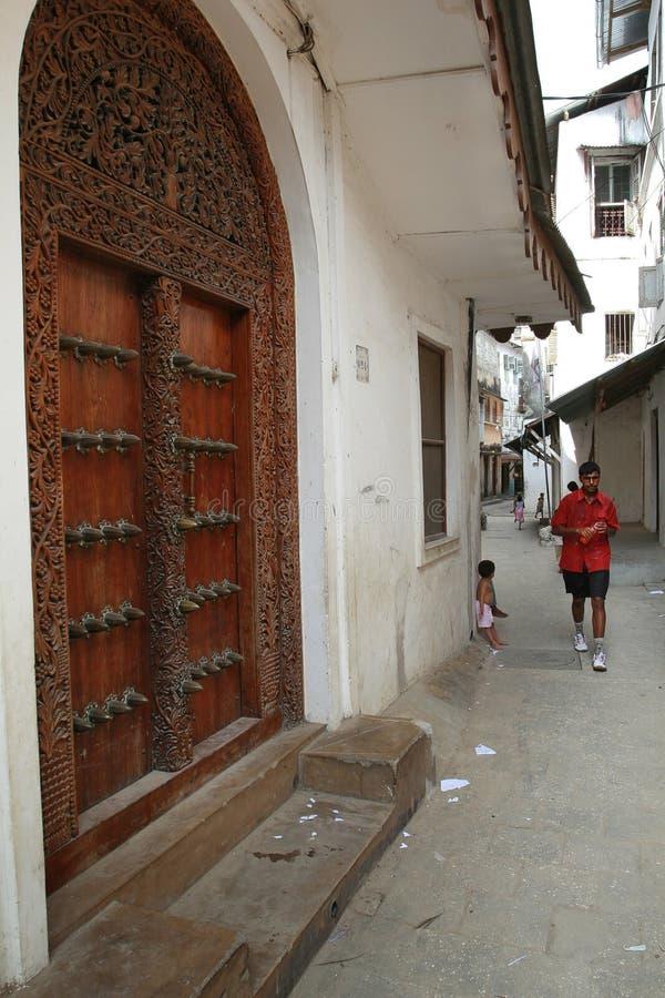 Занзибар облицовывает городок, традиционное высекаенное деревянное бегство суахилей дверей стоковая фотография rf