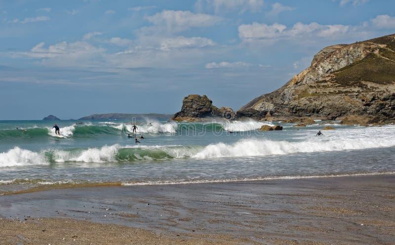 Заниматься серфингом в Корнуэлл стоковые изображения rf