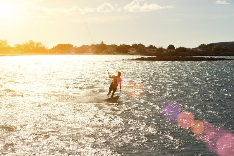 заниматься серфингом захода солнца змея стоковое изображение