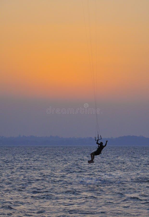 заниматься серфингом захода солнца змея стоковая фотография