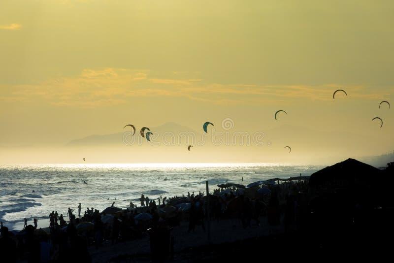 заниматься серфингом захода солнца змея стоковое фото rf