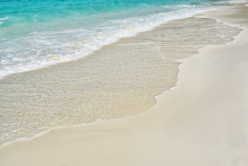 Заниматься серфингом линия с надвигающийся волной и желтым песком стоковые изображения rf