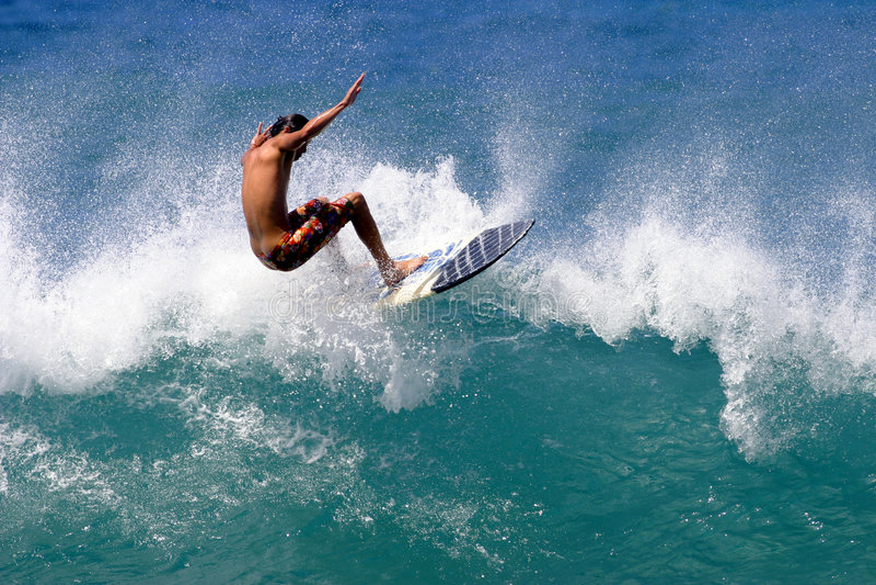 заниматься серфингом океана человека Тихий океан стоковые изображения rf