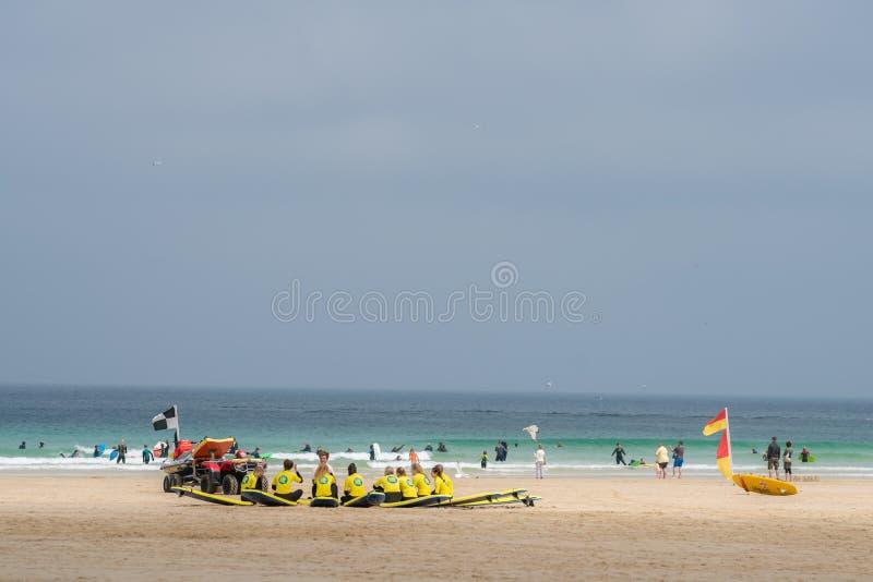 Занимаясь серфингом встреча школы на пляже стоковая фотография