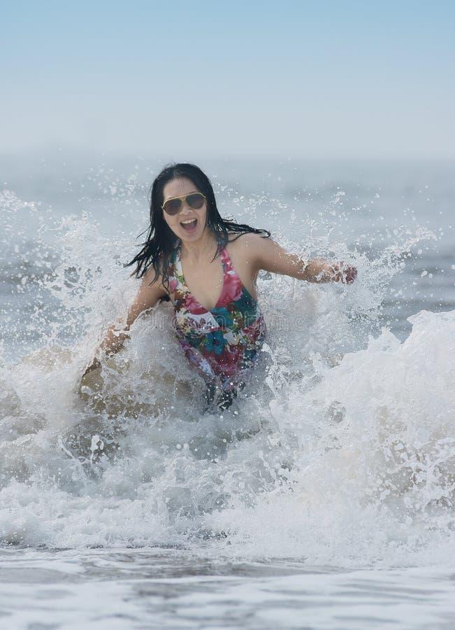Занимаясь серфингом женщина стоковые изображения