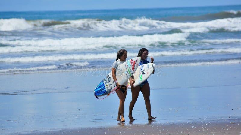Занимаясь серфингом Коста-Рика стоковое изображение