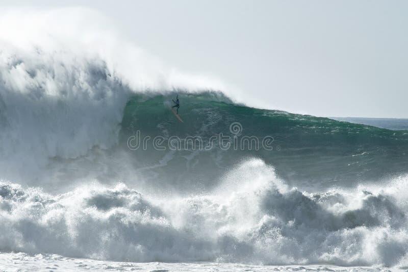 Занимаясь серфингом опасные большие волны стоковые фото