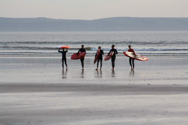 Занимаясь серфингом приятели стоковое изображение