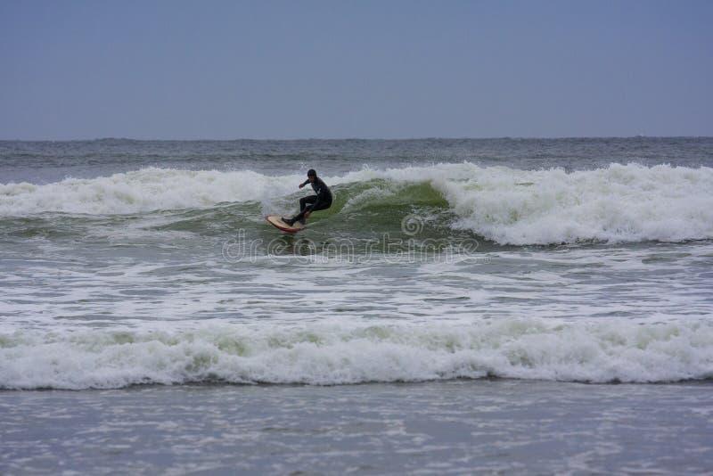 Занимаясь серфингом Tofino, ДО РОЖДЕСТВА ХРИСТОВА в заливе штурмана стоковые фотографии rf
