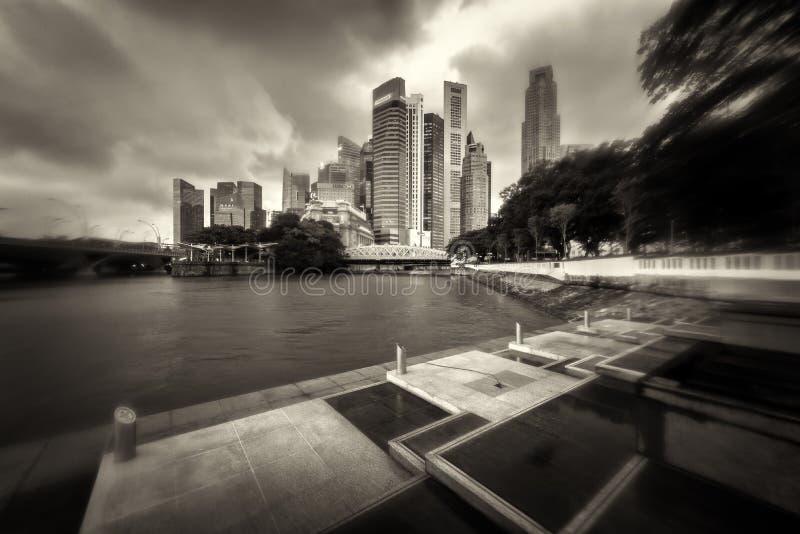 Заново построенная прогулка на прогулке ферзя Элизабета обозревая горизонт Сингапура центрального финансового района Подкраска стоковое изображение