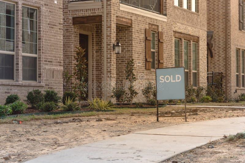 Заново построенный разделенный предназначенный для одной семьи дом распродавал в Америке стоковое фото