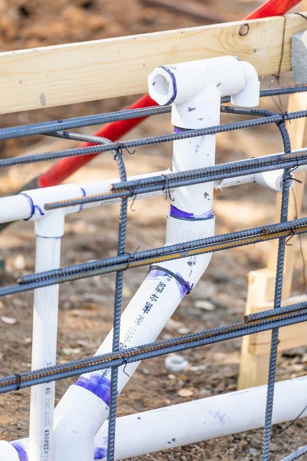 Заново установленный PVC паяя трубы и стальную конфигурацию арматуры стоковая фотография
