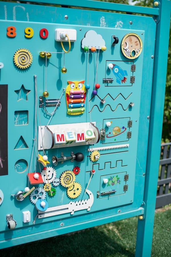 занятая доска для для детей children' игрушки s воспитательные Деревянная доска игры Busyboard DIY стоковые изображения rf