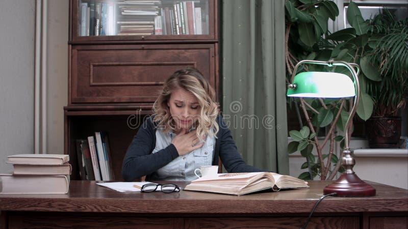 Занятая работая молодая женщина делая примечания и ограничивая на кофе после выпивать его стоковые изображения rf