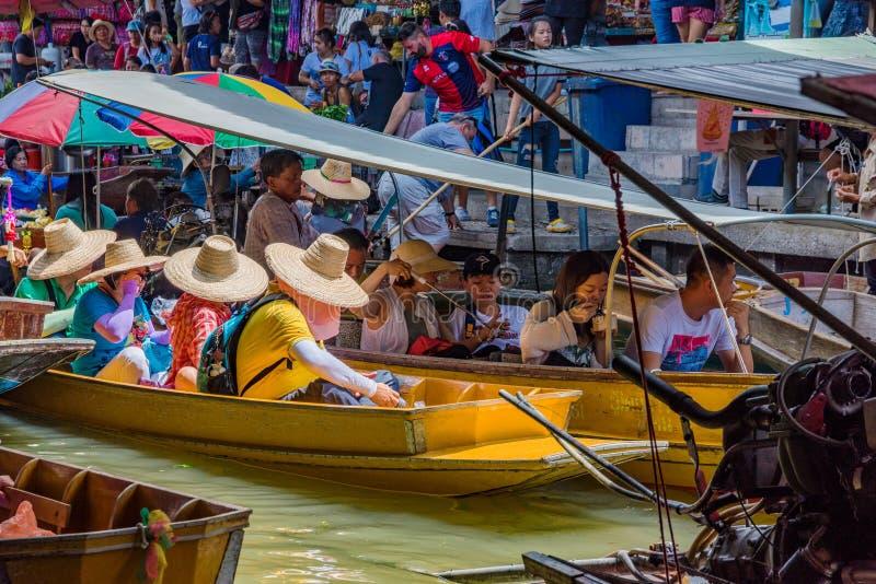 Занятая сцена в рынке Damnoen Saduak плавая стоковые фото