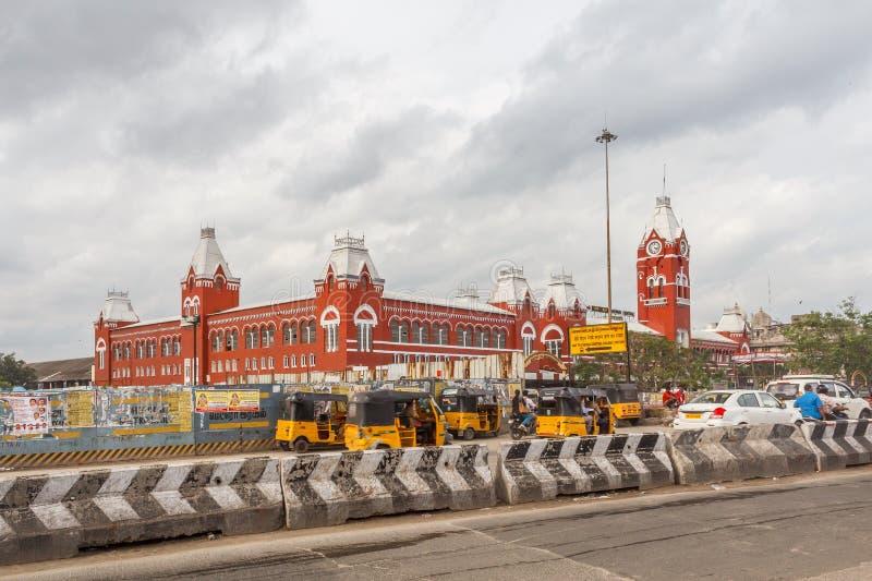 Занятая сцена перед известным старым железнодорожным вокзалом, кораблями проходит лампой островка безопасност, людьми ждет для то стоковая фотография rf