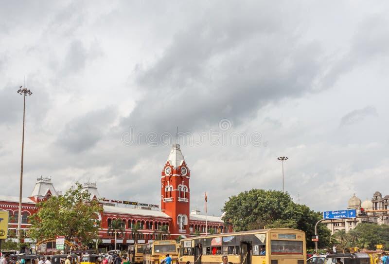 Занятая сцена перед известным старым железнодорожным вокзалом, кораблями проходит лампой островка безопасност, людьми ждет для то стоковое фото