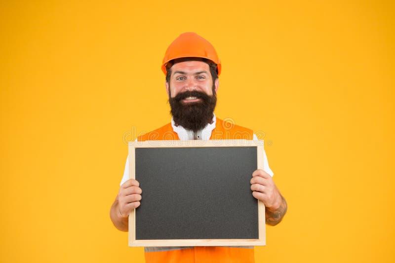 Занятие инженера Инженер-ремонтник удерживает пространство для копирования на доску Установка электрооборудования Красивый стоковое фото rf
