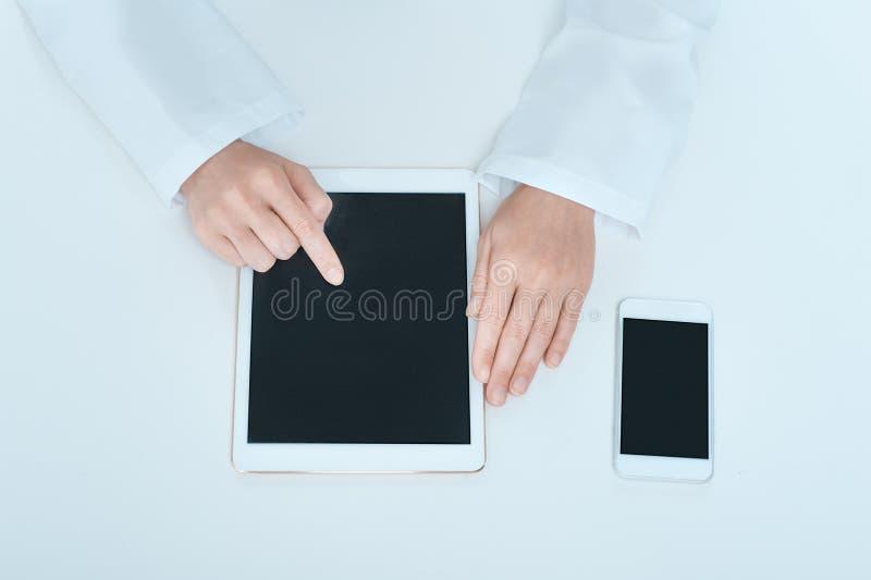 Занятие доктора молодой женщины в офисе больницы стоковые изображения rf