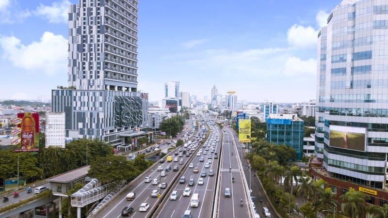 Занятое движение и офисные здания на финансовом районе Джакарты центральном около дороги Gatot Subroto стоковое фото