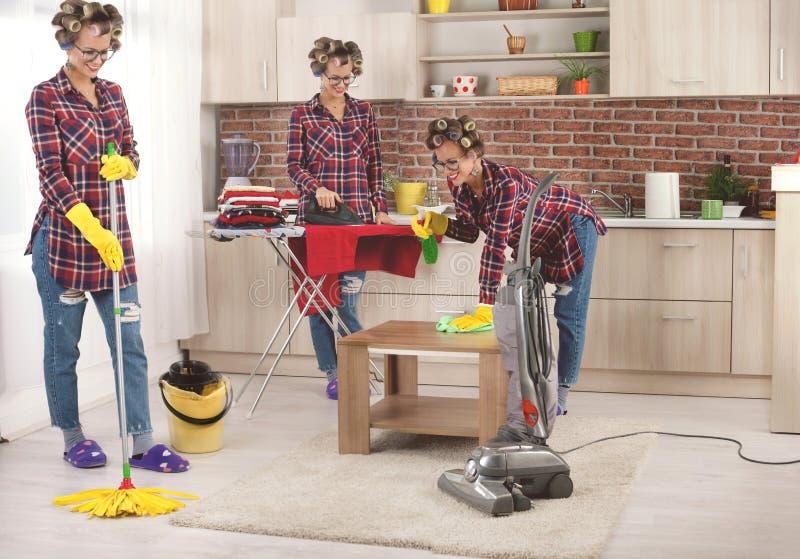 Занятое управление задачами мамы или домохозяйки multi стоковые изображения rf