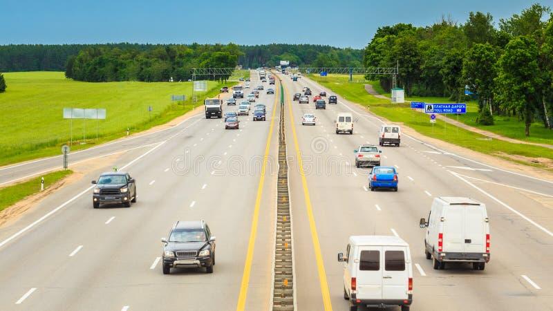 Занятое шоссе во время дня Плотное движение двигая на стоковые изображения