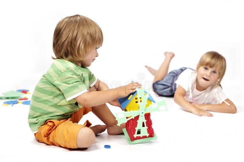 Занятые дети в студии стоковые изображения