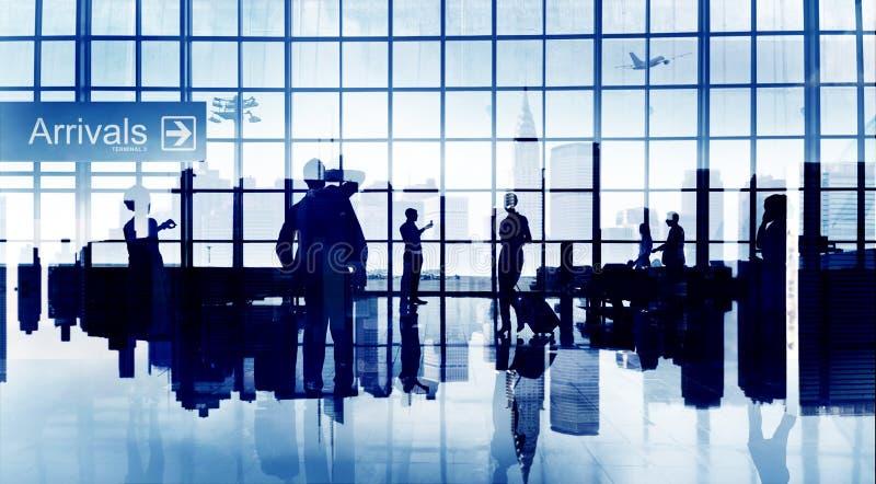 Занятые силуэта авиапорта бизнесмены рекламы Airpla перемещения стоковая фотография
