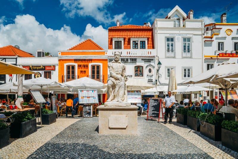 Занятые touristic рестораны и зона баров в центре Cascais с традиционной португальской архитектурой стоковое фото rf